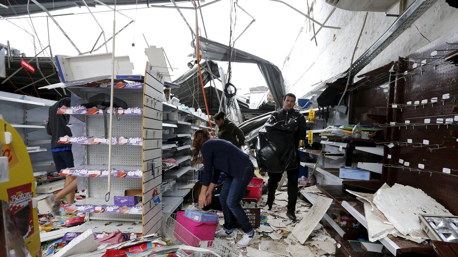 Un inusual tornado arrasó el viernes con parte importante de una ciudad rural enUruguay, dejando un saldo de tres muertos y unos doscientos heridos