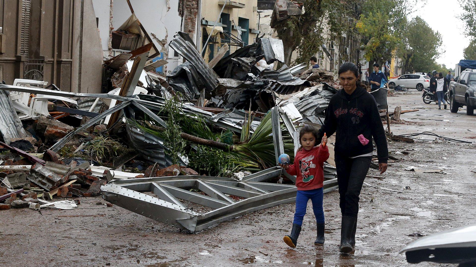 Viviendas sin techo o con vehículos incrustados, paredes derrumbadas, galpones destruidos o silos afectados son el resultado de un tornado que en menos de tres minutos arrasó con todo a su paso en la ciudad agrícola Dolores
