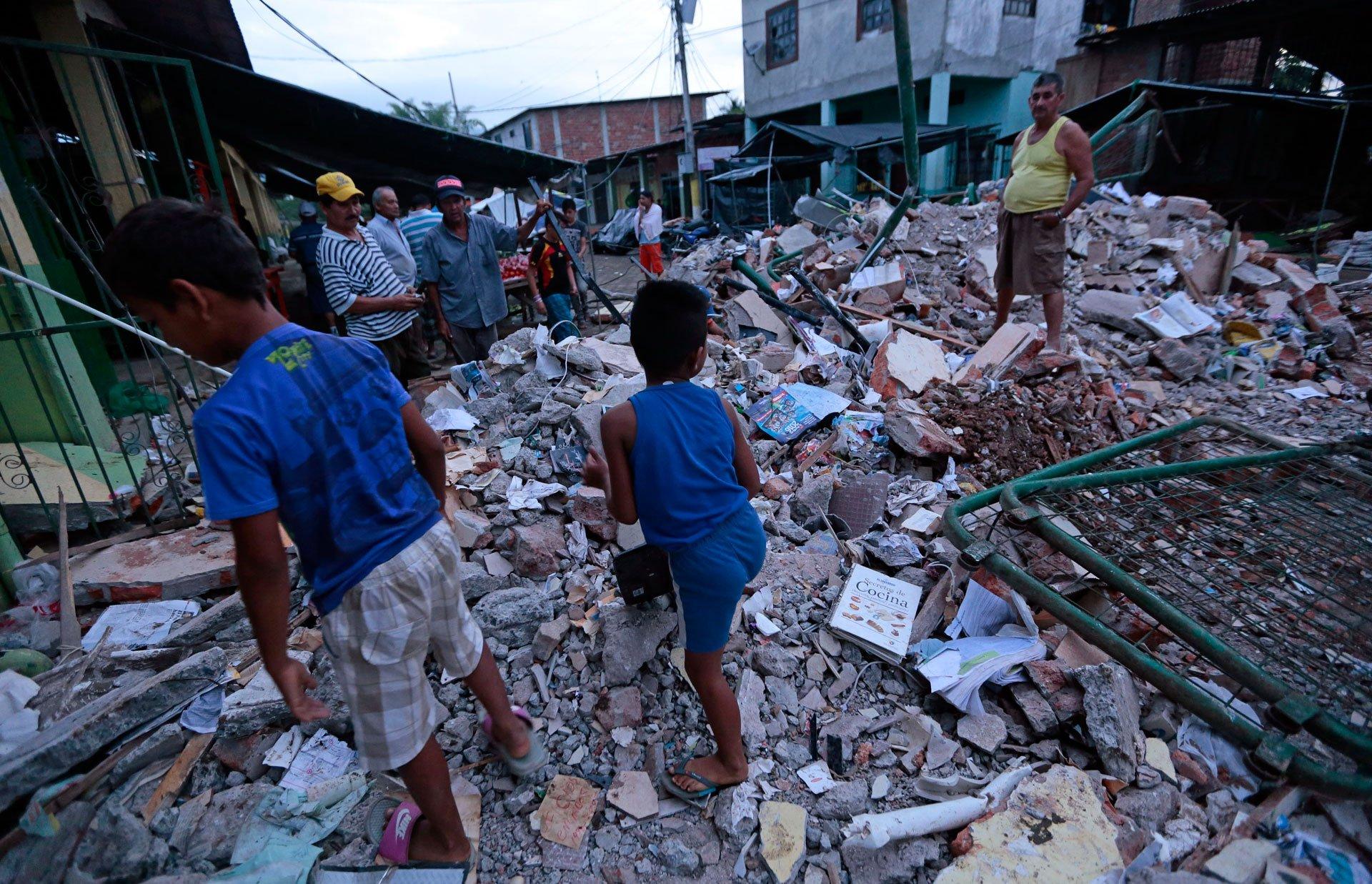 El potente sismo de magnitud de 7,8 que sacudió Ecuador el sábado,dejó al menos 77 muertos y 588 heridos, además de daños materialesconsiderables