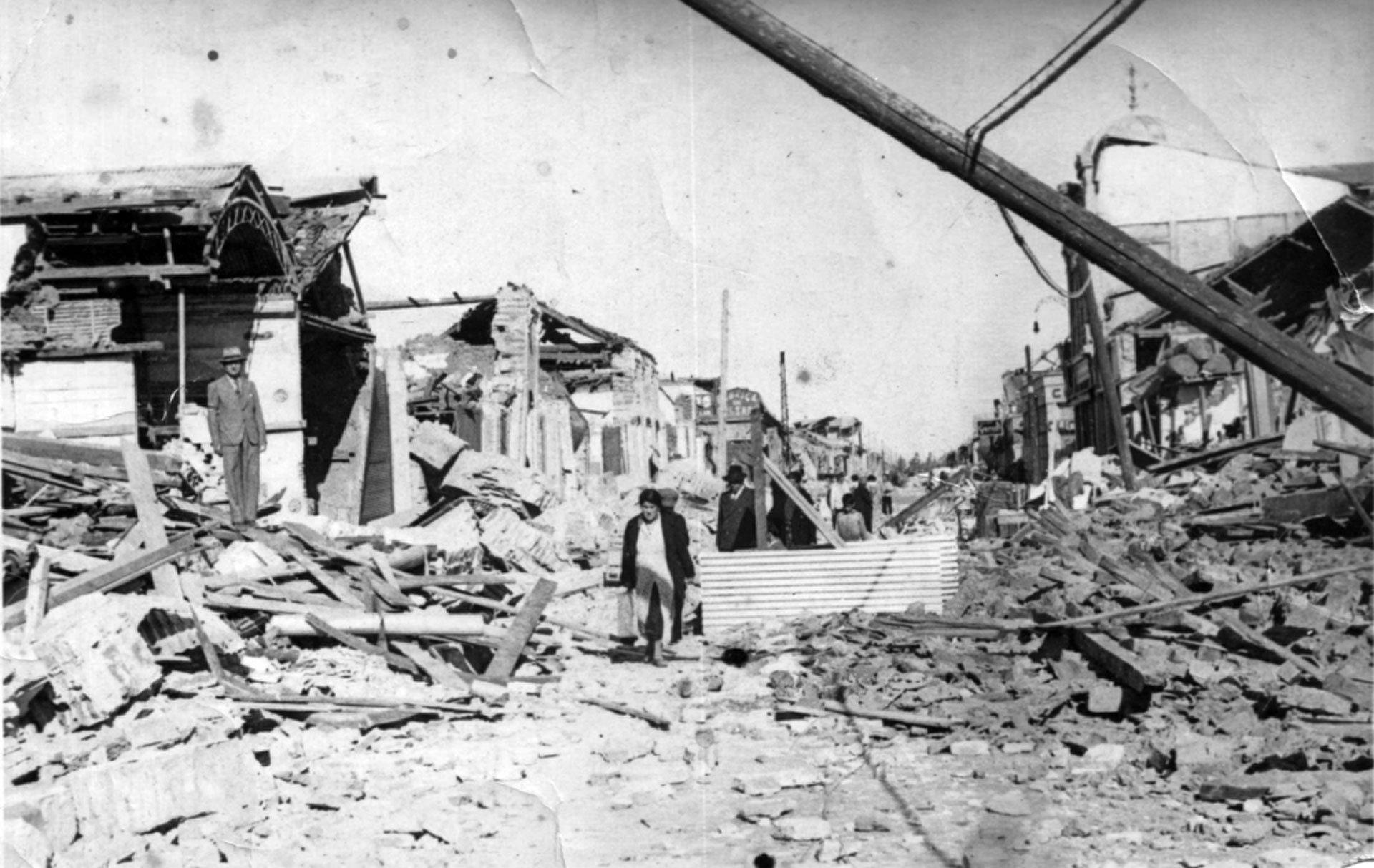 Chillán, Chile. 25 de enero de 1939.El terremoto (7,8 en la escala de Richter)se sintió desde Arica a Puerto Aysen, a lo largo de todo Chile, pero fue especialmente devastador en la zona de Cauquenes y Chillán. Murieron 28 mil personas