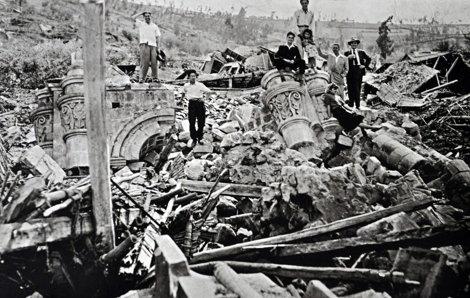 Ambato, Ecuador. 5 de agosto de 1949.Las localidades de Guano, Patate, Pelileo y Pillaro resultaron completamente destruidas y también un tercio de la ciudad de Ambato en este terremoto de 6,8 en la escala de Richter y que dejó 5.050 muertos