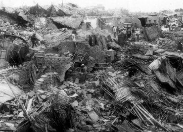 Chimbote, Perú. 31 de mayo de 1970.Unas 70 mil personas murieron y otras 150 mil resultaron heridas en elterremoto(7,9 en la escala de Richter)que afectó a los departamentos de Ancash y La Libertad. El movimiento telúrico causó una avalancha de barro y hielo que enterró a la localidad de Yungay, donde vivían 20 mil personas