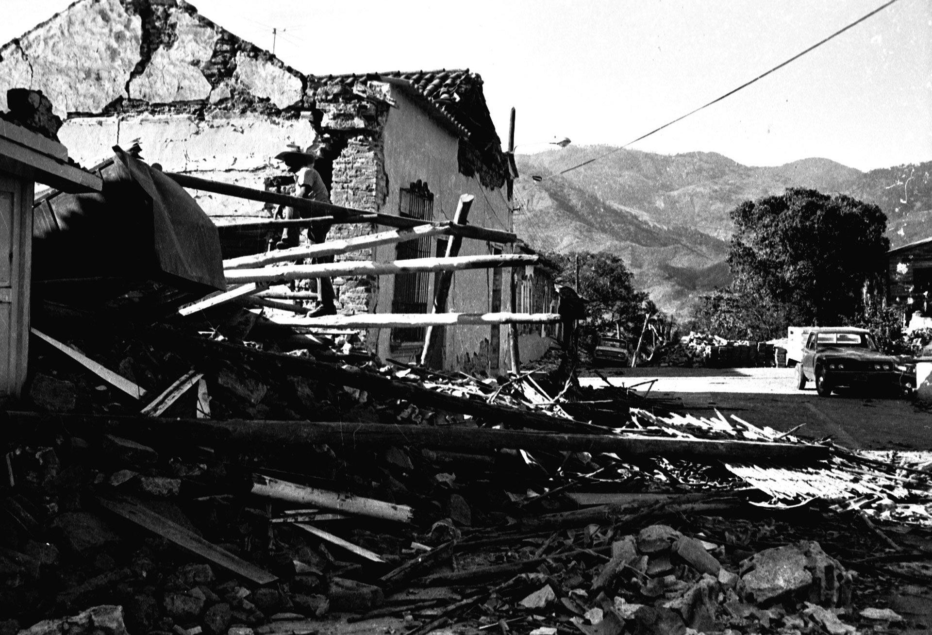 Guatemala. 4 de febrero de 1976.El terremoto (7,5 en la escala de Richter) tuvo su epicentro a 160 kilómetros al noreste de la capital de Guatemala. Las construcciones de adobe de los alrededores de la capital resultaron destruidas. Los remezones posteriores causaron aún más víctimas, lo que dio un total de 23 mil muertos