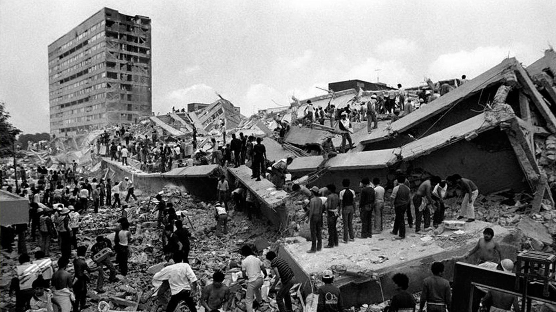 Ciudad de México. 19 de septiembre de 1985.Al menos 9.500 personas murieron en el sismo (8,0 en la escala de Richter) que afectó a la capital de México y otros municipios del centro del país. En la capital, colapsaron 412 edificios y otros 3.124 sufrieron daños severos