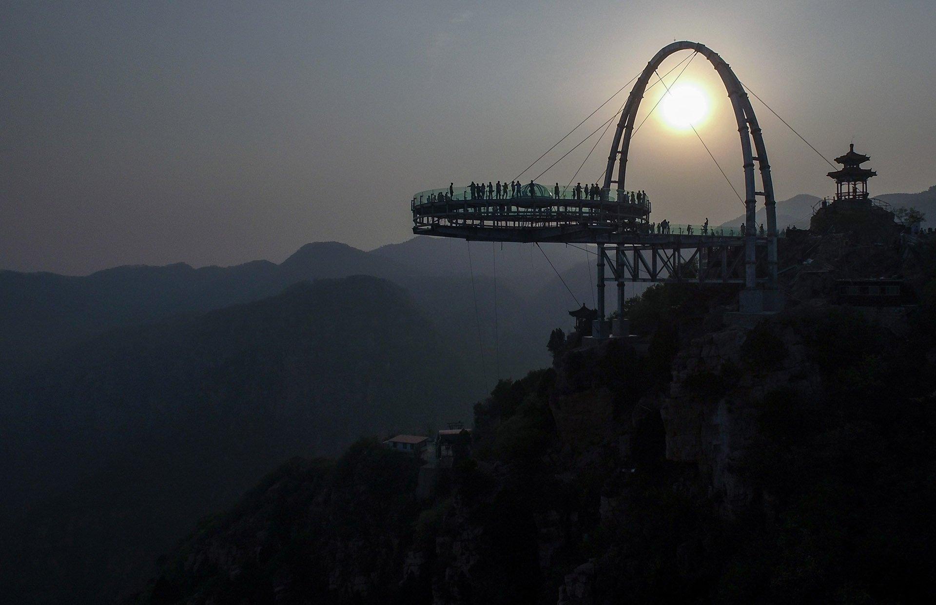 La estructura circular sobresale del borde del precipicio 32,8 metros