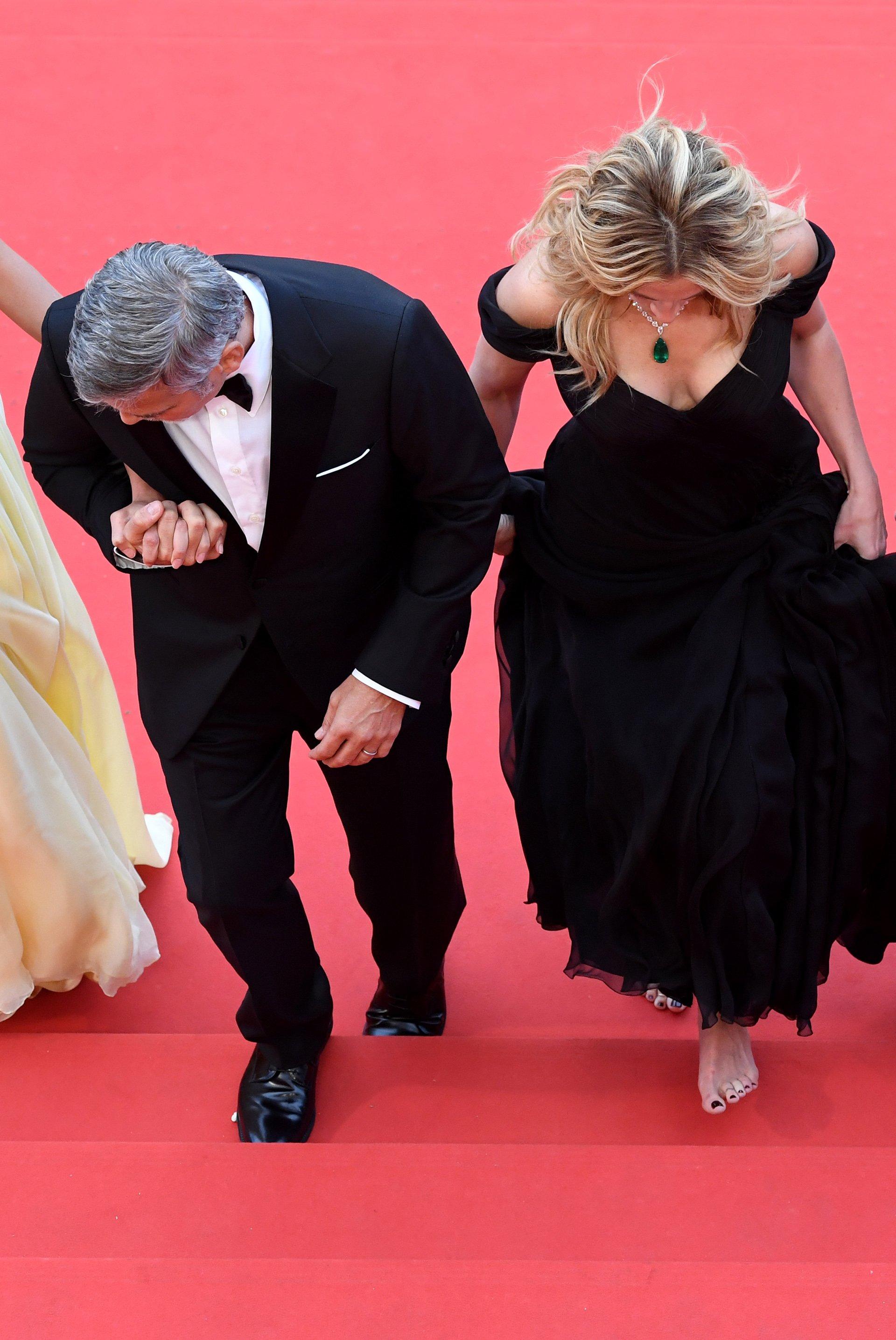 George Clooney acompaña a su compañera y amiga. No es la primera vez que Julia Roberts muestra sus pies desnudos en una gala. En 2013, hizo lo mismo al subir al escenario de los premios BAFTA en el que la esperaba Sean Penn