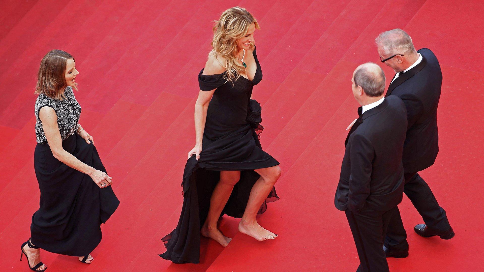 Jodie Foster y Julia Roberts son recibidas por el presidente del Festival de Cannes, Pierre Lescure, y Thierry Frémaux