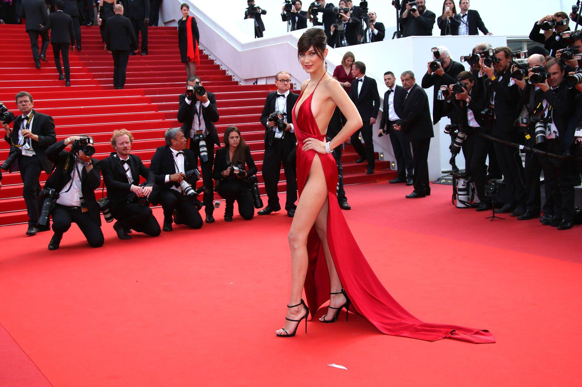 La modelo estadounidense Bella Hadid impactó con su atuendo en la red carpet del festival de cine