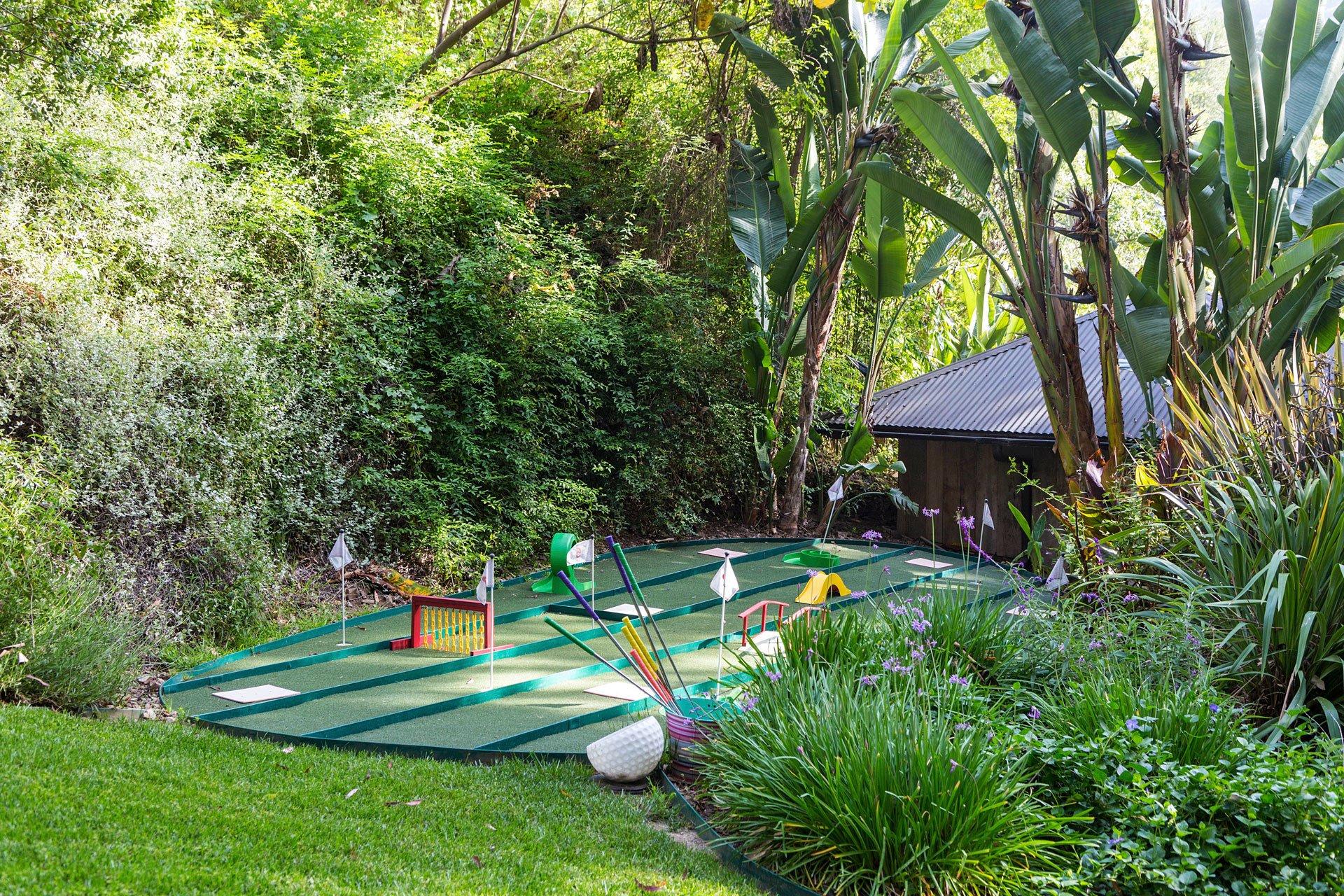 Entre otra de las atracciones, la magnífica mansión cuenta con un juego de golf para niños y adultos