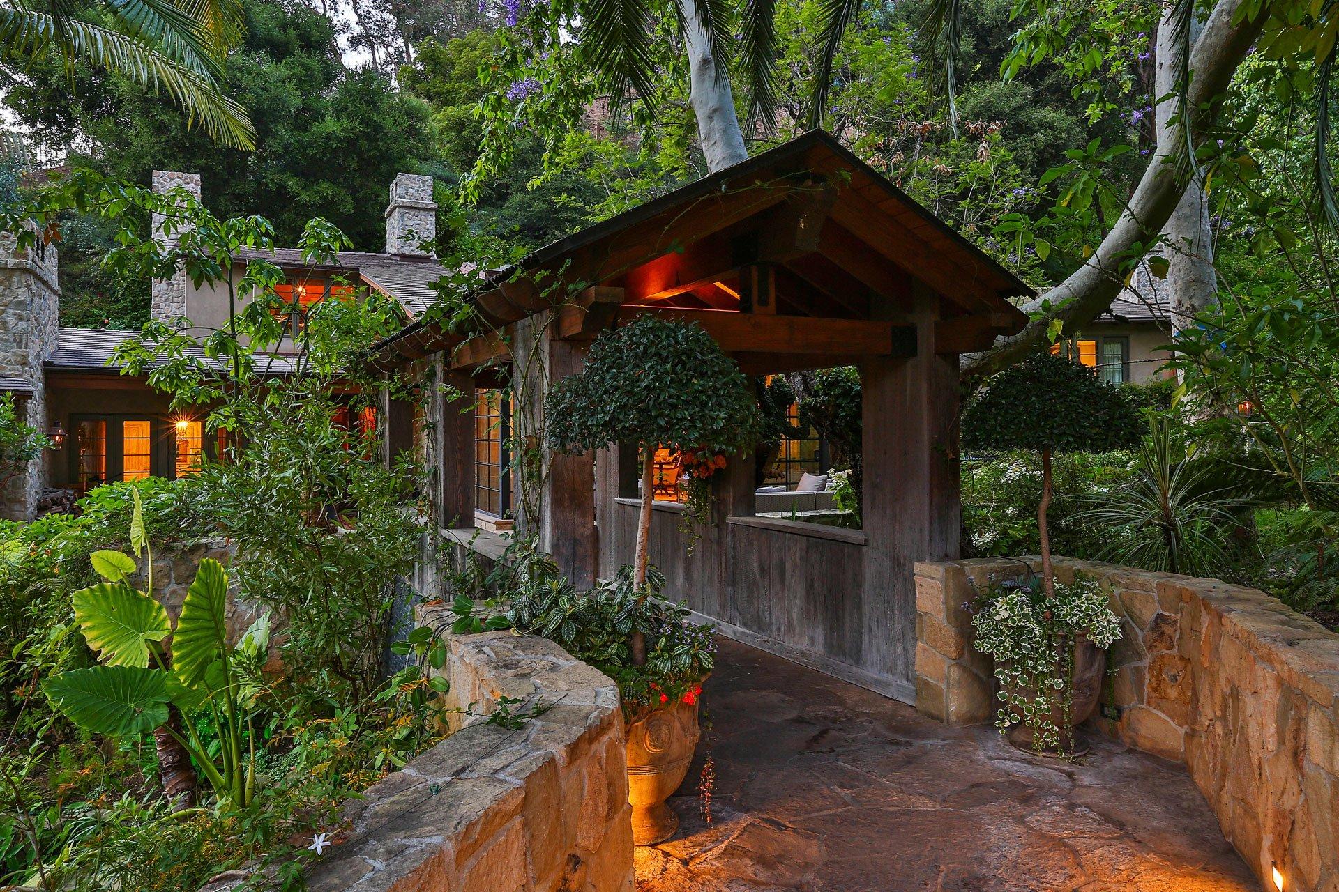 El ingreso a la vivienda que adquirió Jennifer Lopez en Los Ángeles. Cuenta con cinco habitaciones y 13 baños