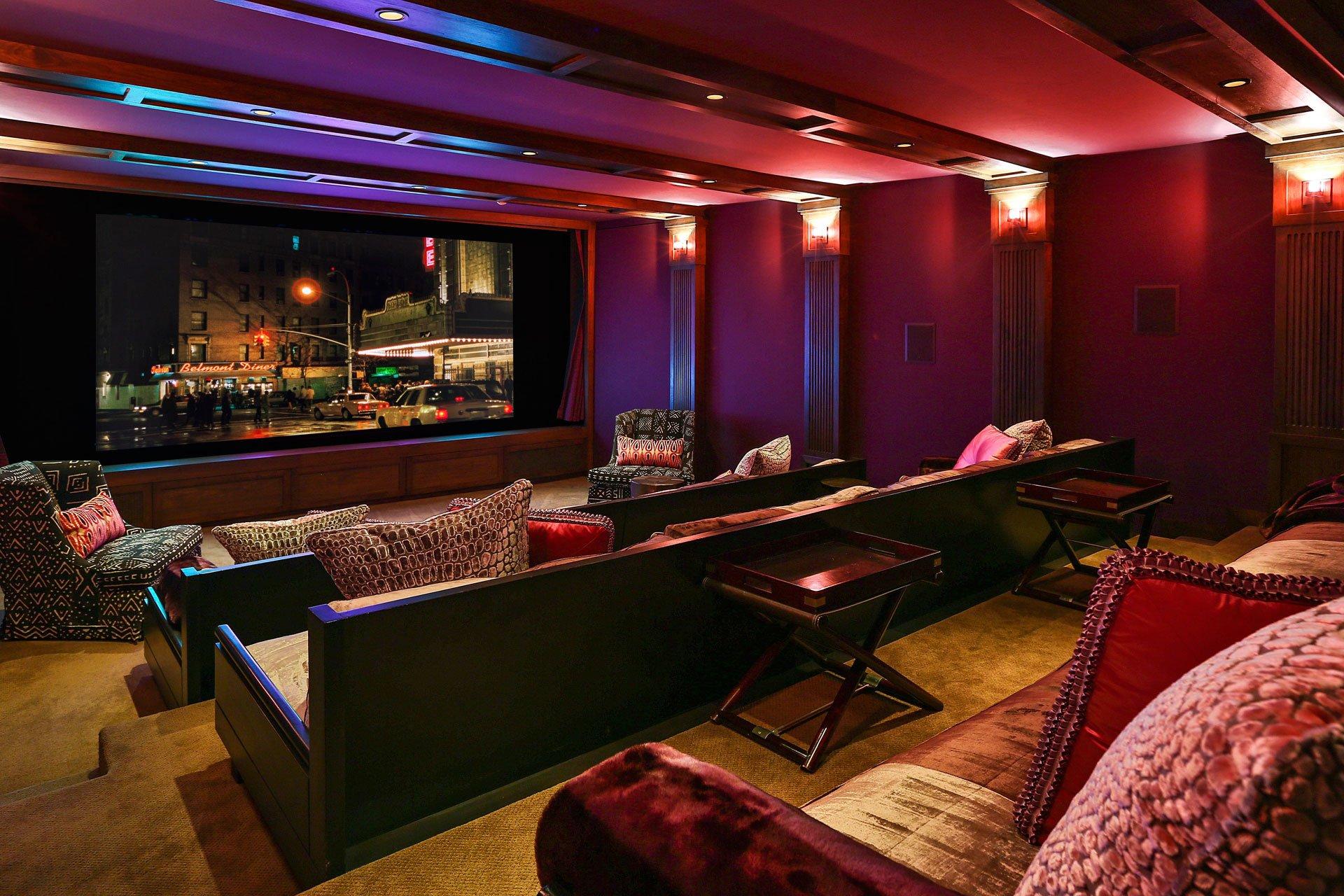 La sala de cine. Los cómodos sofás invitarán a sentarse plácidamente para disfrutar de una película. Tiene capacidad para 30 personas