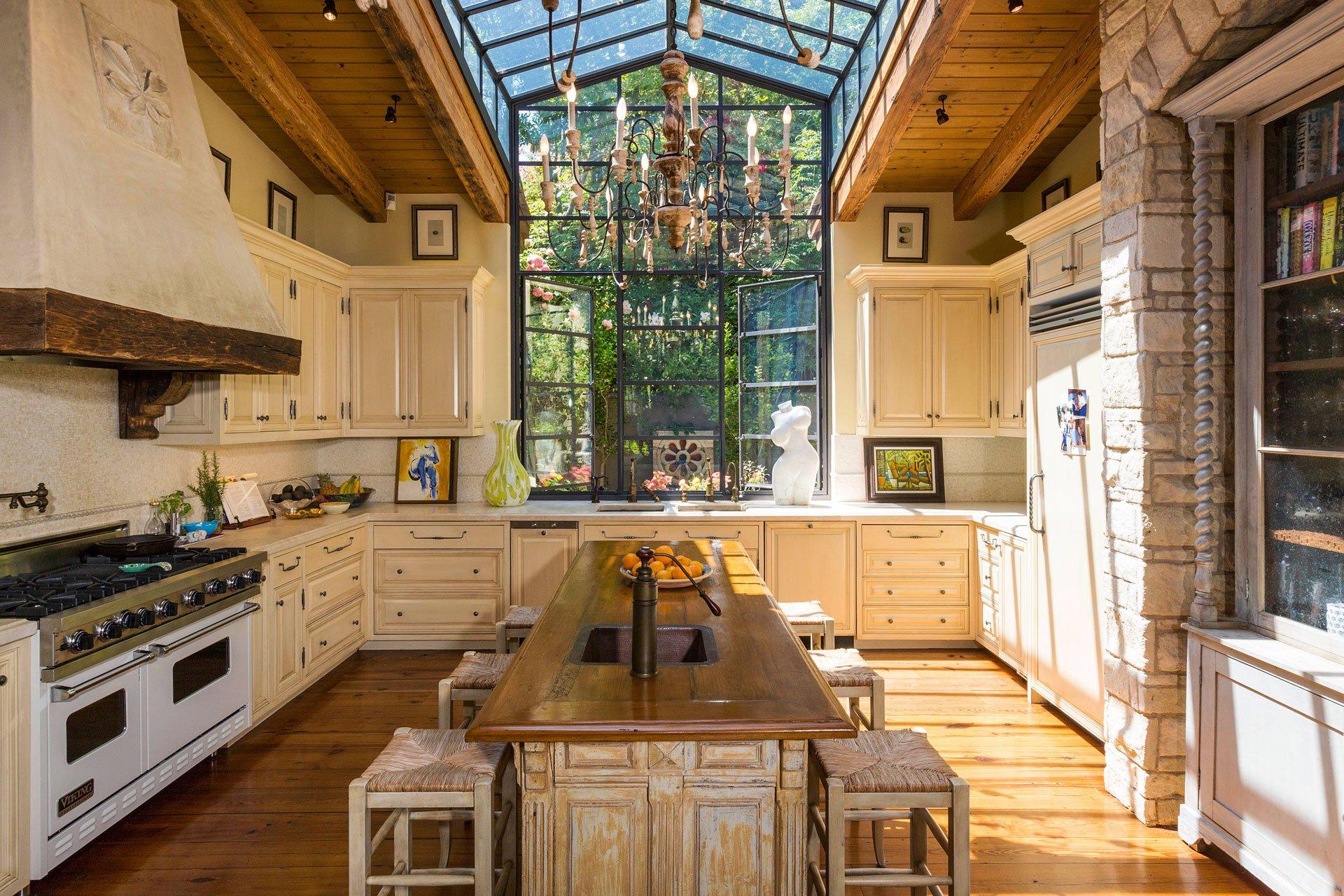 La cocina. Una de los ambientes más amplios de la mansión. Un impresionante ventanal permite que la luz natural sea la protagonista durante gran parte del día