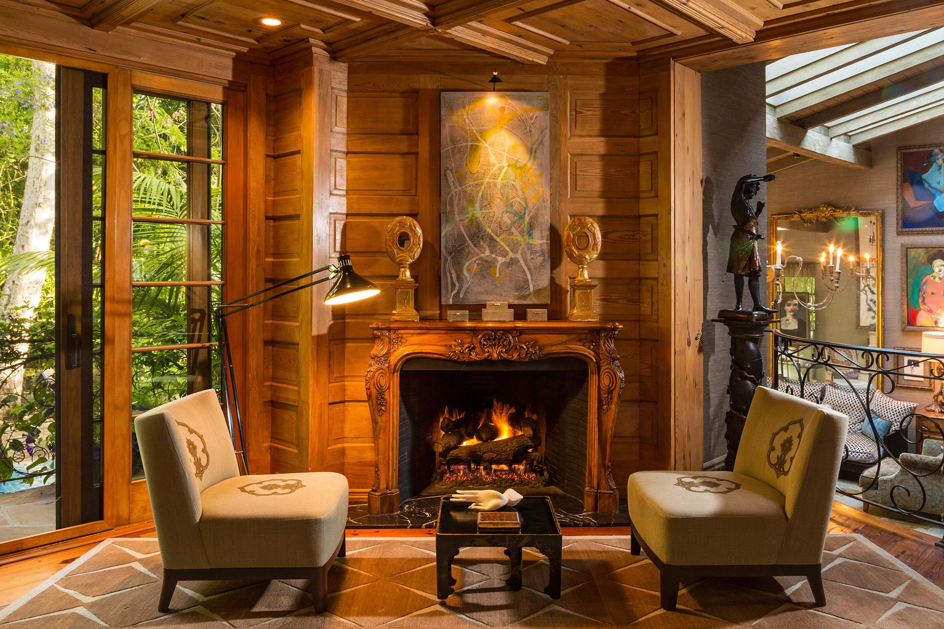 Un exclusivo lugar de lectura, junto a la chimenea. La mansión tiene repetidos lugares para el relax y el esparcimiento