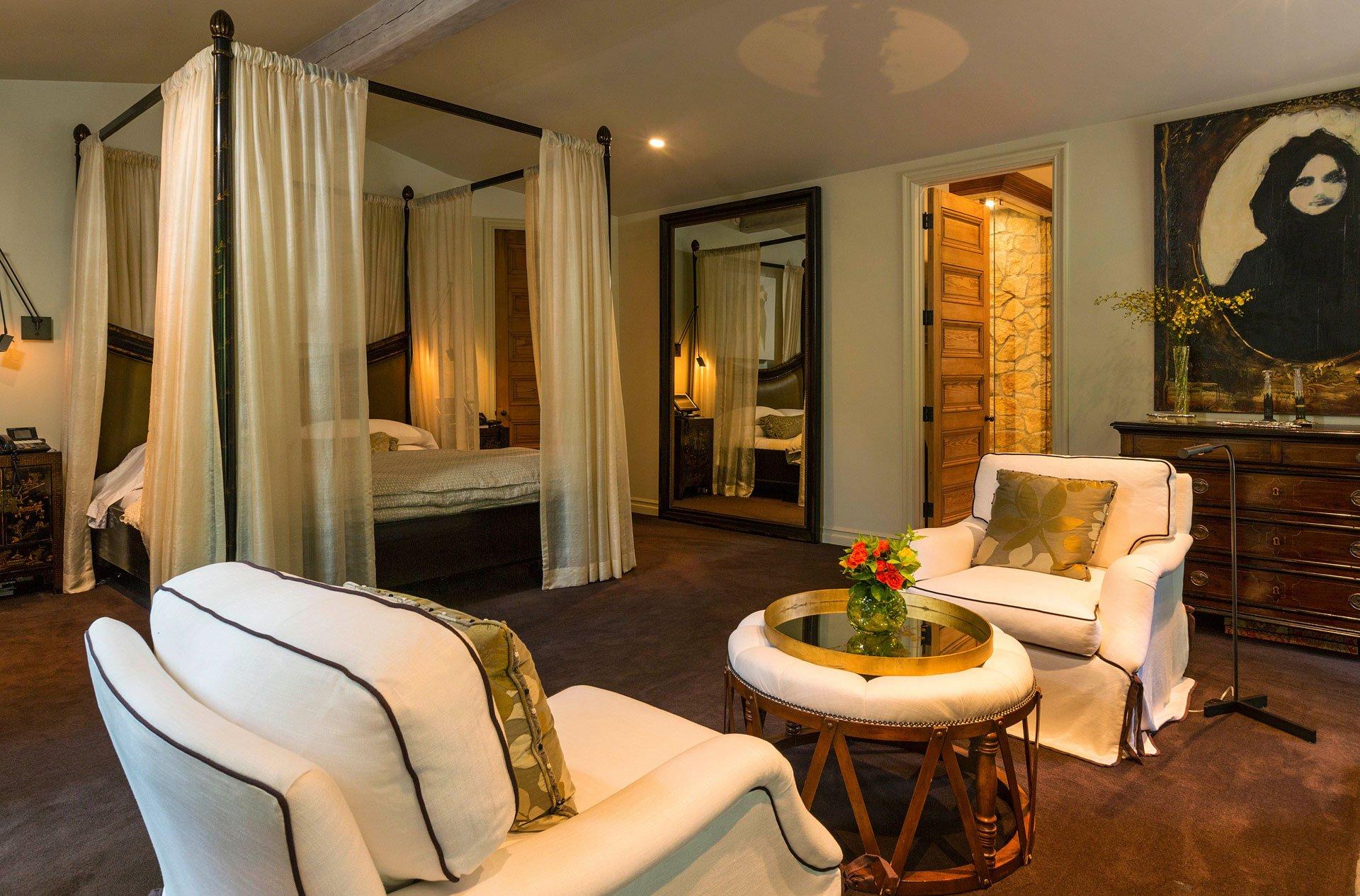 Una de las amplias habitaciones entre las que hay en la casa de la exclusiva zona de Bel Air