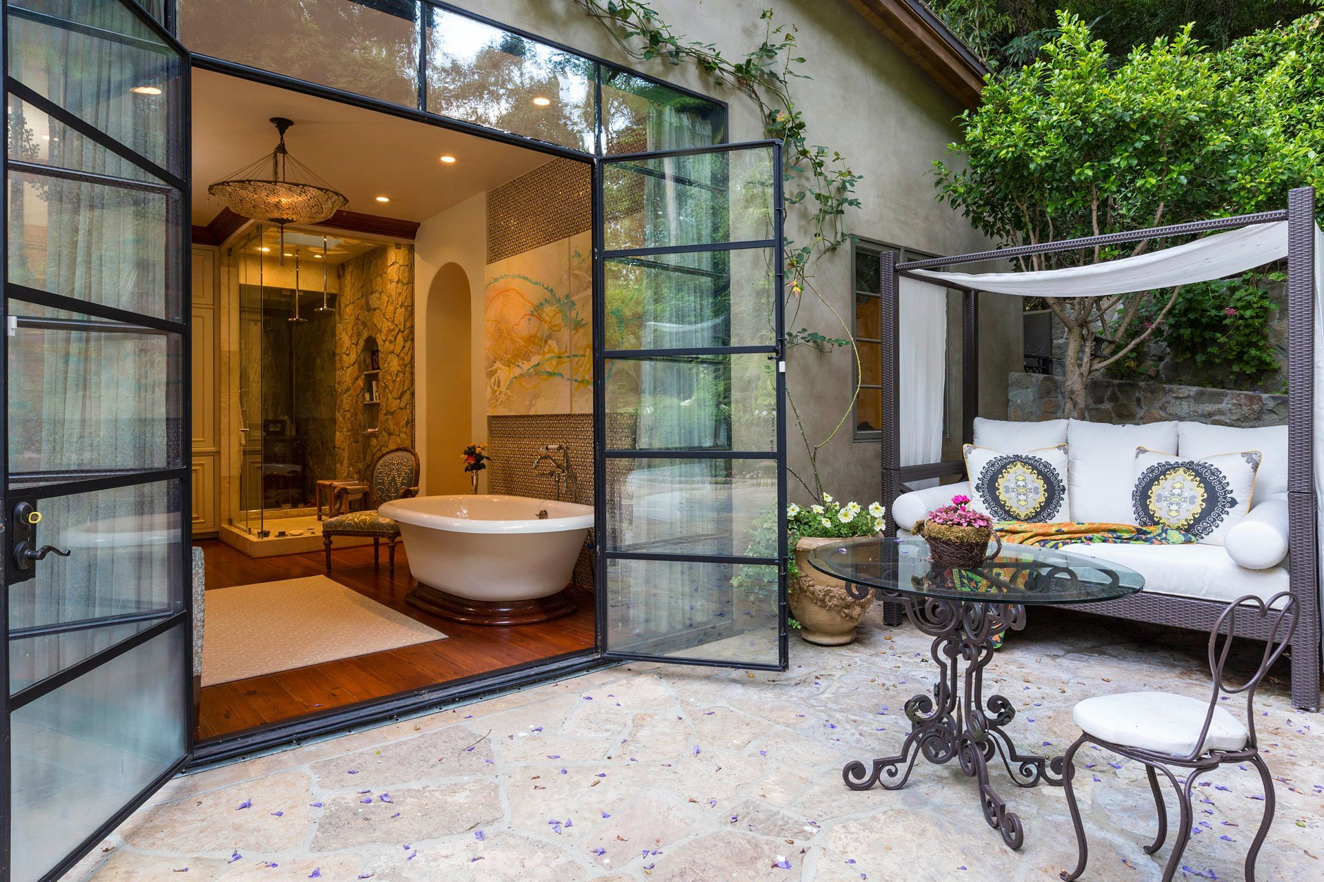 Uno de los amplios baños, que cuenta con un pequeño jardín propio. La intimidad está asegurada en cada uno de los ambientes