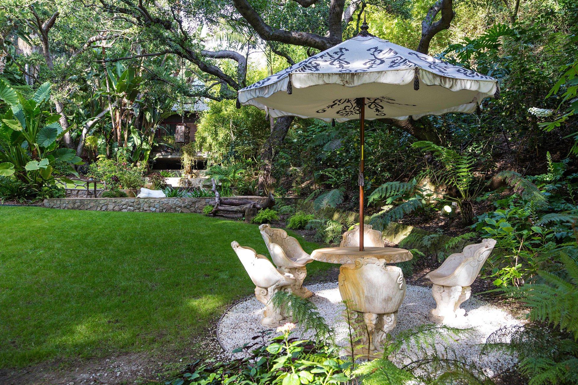 Un rincón en medio de uno de los tantos jardines con que cuenta la propiedad de Bel Air