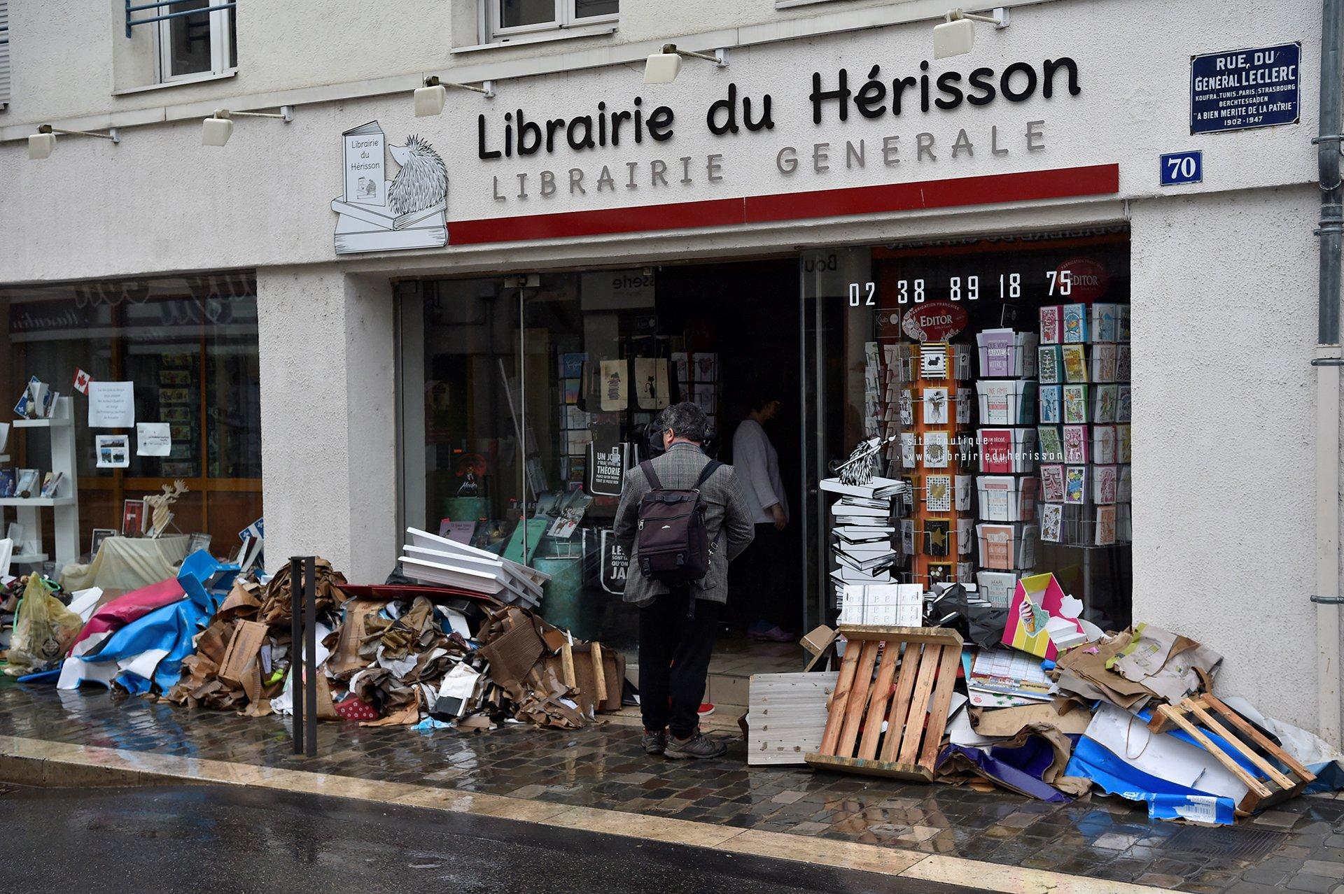 Una librería del centro de París improvisó protecciones contra el agua